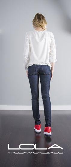 Tu blusa en textura seda te viene muy bien, y lo sabes.  Pincha este enlace para comprar tu blusa en nuestra tienda on line:  http://lolamodaycalzado.es/primavera-verano/618-blusa-manga-larga-blanco-roto-salsa.html