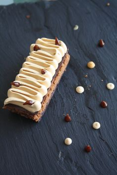 Bonjour! 3e recette des pâtissiers Relais Dessert. Il m'en reste ... pfffiou... Cette recette, je l'ai trouvé dans le dernier FDP. Ca faisait un moment que je voulais utiliser du chocolat blond dit &dulcey& (du chocolat blanc caramélisé en fait) et ce...