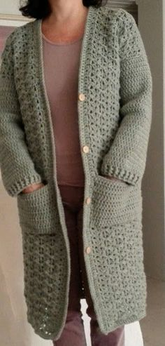 Free crochet pattern: VEST - Freubelweb Look what I found on Freubelweb.nl: a free crochet pattern from Cronelia to make a nice long cardigan with pockets www. Crochet Skirt Outfit, Cardigan Au Crochet, Crochet Vest Pattern, Crochet Coat, Crochet Jacket, Poncho, Crochet Shawl, Crochet Clothes, Crochet Patterns