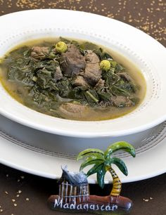 Romazava : plat traditionnel malgache sous forme de bouillon à base de brèdes (feuilles comestibles) cuites avec de la viande de bœuf (ou du poulet).