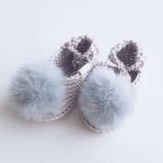 Fluffy and cozy! #babyshoes . #karlagirlofcloud #babybooties #firstshoes #babyknitwear #babygray #pompom #fauxfurpompom #fauxfur