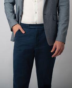 Peça clássica do guarda-roupas masculino é a calça chino, ou calça de sarja, azul marinho. A melhor pedida para uma calça chino, é ela ser SOB MEDIDA. Existem várias opções para isso, como alfaiates do seu bairro. Mas, sem dúvida, a melhor delas é optar pela ALFAIATARIA DIGITAL, ela usa algoritmo e uma produção mais inteligente, o que reduz o custo do alfaiate. Fora que ela vai ser uma peça muito mais duradoura que aquelas produzidas pelos alfaiates. Clica e conheça a Chino da Nióbio!