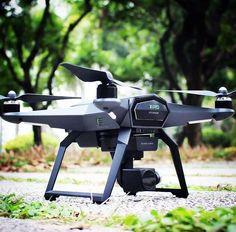 Der  XIRO Xplorer V Quadrocopter Neben den großen, bekannten Drohnenherstellern versuchen auch immer wieder kleinere Unternehmen auf den Drohnenmarkt vorzustoßen und Marktanteile zu gewinnen, meist jedoch mit mäßigem Erfolg. Den XIRO Xplorer V RTF als einen weiteren dieser Versuche abzuschreiben, wäre jedoch überhastet.
