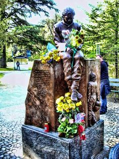 """Ayrton Senna memorial at the """"Autodromo Enzo e Dino Ferrari"""", Imola, Italy. Old Town Italy, Famous Tombstones, Pilot, Famous Graves, F1 Drivers, Car And Driver, Extreme Sports, Formula One, B & B"""