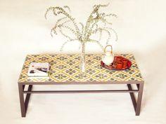 mesa con baldosas hidráulicas