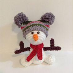 Tão lindo e tãooooo friorento! Kkk ⛄💞 Design Dani Dalledone do The Hand Made by Dani Dalledone #crochet #croche #amocroche #amigurumi #amigurumitoy #compredequemfaz  #artesanato #decoracao #quartodebebe #quartodebebedecor #decorcasa #semprecirculo #amigurumis #amigurumilove #decoracaoquartodebebe #natal #nataldecor #christmas #decoracaodenatal #christmasdecor