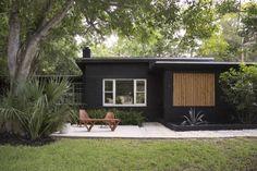 Mid Century House Exterior Design The Best Looks Natural - MagzHome Black House Exterior, Exterior House Colors, Modern Exterior, Exterior Paint, Exterior Design, Cottage Exterior, Traditional Exterior, Bungalow Exterior, Black Brick