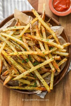 These oven baked french fries are my daughter's favortie. Homemade fries are an easy, healthier alternative! These oven baked french fries are my daughter's favortie. Homemade fries are an easy, healthier alternative! Deep Fried French Fries, Oven Baked French Fries, Crispy Oven Fries, Making French Fries, Homemade French Fries, Fries In The Oven, Homemade Fries In Oven, Potatoes In Oven, Baked Potatoes