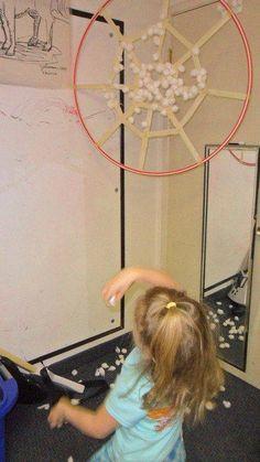 """Leuk doe spel en meteen ook decoratief. Een hoepel- ring met een webpatroon met zelfklevend plakband maken. De kinderen gooien dan watjes in het spinnenweb en ze blijven dan plakken waar het web geraakt wordt..Zo zijn de kinderen zelf """" spinnen"""""""