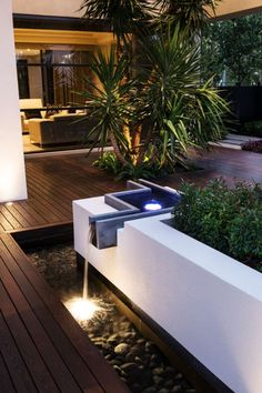 Wasserspiel mit modernem Design und Leuchte im Wasser