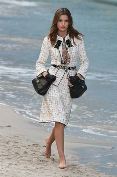 Chanel Spring 2019 Fashion Show . Ready-to-Wear collection, runway looks, details, models. All the Spring 2019 fashion shows from Paris Fashion Week in one place. Fashion Week Paris, Fashion 2018, Runway Fashion, Spring Fashion, Womens Fashion, Fashion Trends, Street Fashion, Karl Lagerfeld, Mode Chanel
