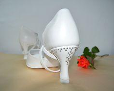 Svatební boty - ivory se zdobením Swarovski pravá kůže. Svadobné topánky ivory - slonová kosť a zdobenie Swarosvki pravá koža podľa návrhu klientky. Tanečné svadobné sandálky Veronique. svatební obuv, společenksá obuv, spoločenské topánky, topánky pre družičky, svadobné topánky, svadobná obuv, obuv na mieru, topánky podľa vlastného návrhu, pohodlné svatební boty, svatební lodičky, svatební boty se zdobením,topánky pre nevestu, strieborné svadobné topánky, stříbrné svatební boty Wedding, Shoes, Fashion, Casamento, Zapatos, Moda, Shoes Outlet, La Mode, Weddings