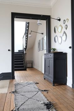 La rénovation d'un hôtel particulier - PLANETE DECO a homes world - Schwarze wände Dark Trim, White Trim, Interior Decorating, Interior Design, Interior Door, Modern Interior, Cabana, White Walls, Entryway Decor