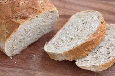 Adoro fare il pane in casa: non c'è niente di meglio al mondo di una bella pagnotta appena sfornata, da mangiare da sola, o con una noce di burro e un cucchiaino di marmellata, o un pezzo di cioccolato per tornare bambini. Per ora non mi sono ancora mai cimentata nel preparare il pane con …