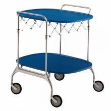 Gastone to elegancki i praktyczny, składany stolik na kółkach, z blatem z lakierowanego tworzywa i stelażem z chromowanej stali.