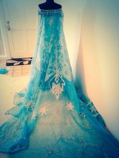 Queen Elsa's dress Disneys frozen>>> WANT! I want to be Elsa for Halloween this year! That's what I'm gonna do! Elsa Cosplay, Frozen Cosplay, Disney Cosplay, Frozen Costume, Cosplay Costumes, Robes Disney, Disney Dresses, Frozen Dress, Prom Dresses Blue