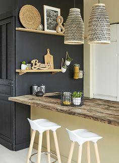 Mixé aux teintes de bois et bambou, rien de tel qu'un mur noir pour donner du caractère à votre cuisine !
