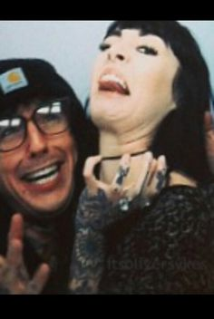I love how Hannah isnt afraid for Oli's fans to see her being stupid and silly. Most band members girlfriends always look so serious where as hannah is over here making double chins with Oli!