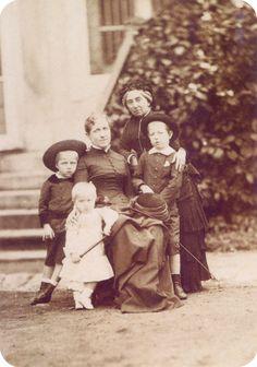 S.A.I. Princesa Isabel do Brasil com os filhos e a Condessa de Barral, sua preceptora. Fotografia de 1883.