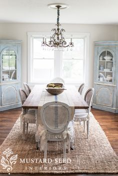 bright white ceiling & pearly white walls - Miss Mustard Seed Pearly white by Sherwin Farmhouse Dining Room Rug, Dining Room Corner, Dining Room Hutch, Dining Room Design, Dining Room Furniture, Dining Rooms, Dinning Room Rugs, Diy Interior, Style At Home