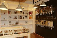 Reportagem na revista Visão. 10-12-2015. Em Lisboa, abriu uma mercearia como antigamente, onde não existe um único produto embalado. Dos chás ao mel, na Maria Granel quase tudo é biológico e pesado ao grama