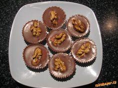 Šuhajdy naše nejoblíbenější cukroví 1 ks CERA, CERES nebo OMEGA( prostě ztužený tuk), 20dkg čokolády na vaření, 1 Salko, 125 g másla, 1 PL rumu, papírové košíčky