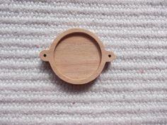 Puinen täytettävä korulinkki kehys Puinen korulinkkipohja Sopii 25 mm kapussien kanssa Askartelu, tee itse koruja, korun tekeminen Wooden Pendant Base Connector Findings with 25 mm Round Pad Cameo Setting wooden Round Cabochon Setting Connectors  https://www.etsy.com/listing/202308295/1-p-unfinished-wooden-25-mm-round?ref=shop_home_active_1