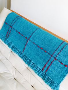 Mantas & Cojines, lana de oveja, chile, diseño, Loom Weaving, Hand Weaving, Types Of Weaving, Textiles, Fabulous Fabrics, Weaving Techniques, Xmas Crafts, Fiber Art, Stripes