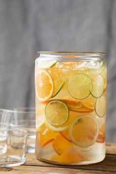 Fris ijswater met limoen, citroen en sinaasappel