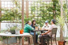 Tさん夫妻とRUSTIC GOLDの木堂夫妻は、以前からお互いの家を行き来する友人同士。パーゴラはイペ材を用い、オイルヒーターに使われる銅管にバラをはわせるなど、庭の資材にも徹底的にこだわっている。