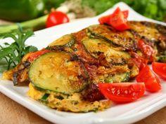 Spanyol omlett cukkinivel, paradicsommal és juhsajttal Salmon Burgers, Tapas, Zucchini, Pasta, Meat, Vegetables, Ethnic Recipes, Food, Essen