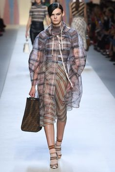 See all the Collection photos from Fendi Spring/Summer 2018 Ready-To-Wear now on British Vogue Spring 2018 Fashion Trends, Fashion Week 2018, Couture Mode, Couture Fashion, Trends 2018, Fendi, Vogue Fashion, Runway Fashion, Milan Fashion