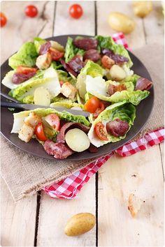 La salade périgourdine est une salade composée de magret de canard fumé, de gésier de canard et de salade. Je l'ai réalisée à ma façon pour un repas copieu