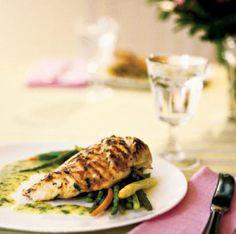 Tee terävällä veitsellä rintafileiden pintaan ristikkäisiä viiltoja, ei kuitenkaan fileiden läpi.Sekoita öljyyn hunaja, hienonnettu valkosipuli, timjami, merisu