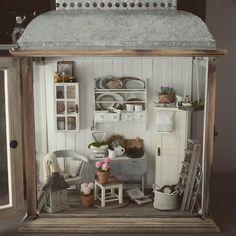 #miniature #handmade #lantern #decoration #dollhouseminiatures #dollhouse #nukkekoti #lyhty #roombox nyt on tämä aikalailla paketissa.. Onneksi sinne voi vielä lisätä tavaraa kun en oo vielä valmis lopettamaan tämän kans. Jotenki tämä onnistu tunnelmaltaan sillä lailla kun halusinkin. This is almost done. I kind of like the way it looks.