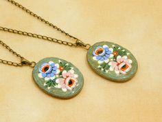 $37.80 Ciondolo in micro mosaico - Due rose, viola e rosa, su fondo verde acqua di PiccoloMosaico su #Etsy #micromosaic #pendant #jewel #jewels