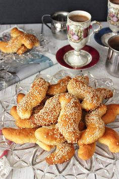 Our parents make so many types of koulourakia (Greek for cookies that are great for dunking into coffee or milk) that it is almost hard to keep track of them all. To help differentiate one koulour… Greek Sweets, Greek Desserts, Greek Recipes, Lebanese Recipes, Cookie Desserts, Cookie Bars, Cookie Recipes, Koulourakia Recipe, Greek Cookies