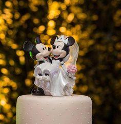E esse topo de bolo?!  Eles noivaram na disney, e essa lembrança tinha que estar no grande dia também! ❤️❤️❤️ #casamentojuedigo #noivinhos #disney #mickeymouse #minniemouse #topodebolo #casamento #mickey #mickeyandminnie #wedding