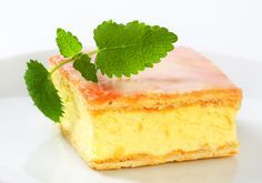 Prăjitură cu cremă de brânză și lămâie | Retete culinare - Romanesti si din… My Favorite Food, Favorite Recipes, Delicious Desserts, Yummy Food, Puff Pastry Dough, Romanian Food, Cake With Cream Cheese, Food Cakes, Cake Pans