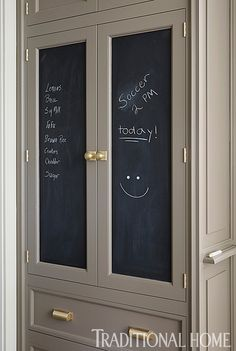 Chalkboard paint on cabinet fronts makes it convenient to jot down items needed from the grocery store or to highlight the day's activities. - Photo: Werner Straube / Design: Christopher Peacock