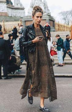 Mocassini borchiati con maxi dress e chiodo in pelle - Mocassini borchiati con maxi dress e chiodo in pelle, un'idea per abbinare le scarpe con le borchie con stile.
