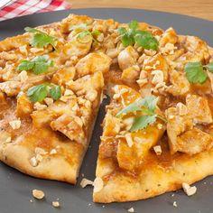 Pizza poulet au curry et ananas      1 rouleau de pâte à pizza     2 filets de poulet     1 boîte de sauce tomates aux légumes     1 boîte d'ananas en morceaux     150 g de gruyére râpé     2 c. à café de curry     quelques olives     huile d'olive