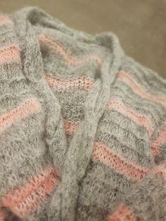 Detail meiner #Strickjacke aus #PhilLolita von @phildar.  #strickenentspannt #strickenistmeinyoga #strickliebe #stricken #strickenisttoll #strickenmachtglücklich #strickenmachtsüchtig #strickoholics #Strickwahn #knittinginspiration #knittingaddict #knittersofipinterest #knitterlicious #yarnlove #handgestrickt #knitspiration #DIY #doityourself