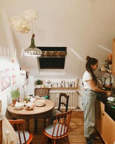 Tiny Kitchen Makeover Design Ideas - The Effective Pictures We Offer You About bedroom inspo A quality picture can tell you many things - Small Apartment Decorating, Apartment Interior Design, Interior Design Living Room, Dream Apartment, Apartment Living, Apartment Layout, Deco Studio, Appartement Design, Cuisines Design