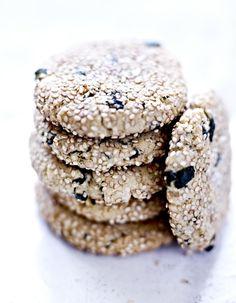 Recette Cookies de tahini et algues nori : Préparation : 15 mn > Cuisson : 8 mn Préchauffez votre four sur th. 6/180°. Dans un saladier, mélangez la poudre d'amande, le bicarbonate de sodium, 1 pincée de sel et la feuille de nori émiettée. Dans un autre saladier, mélangez le tahini et le s...