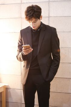 Park Hyung Sik looks like the White Knight protecting the damsel. Park Hyung Sik, Korean Star, Korean Men, Asian Men, Ahn Min Hyuk, Joo Hyuk, Strong Girls, Strong Women, Asian Actors
