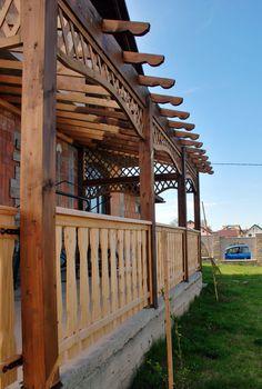 Pergola este o constructie formata din grinzi de lemn care sunt sustinute pe coloane. Acestea se pot folosi in parcuri sau in gradina dumneavoastra. Modelul de pergola din imagine a fost construit de noi, Mobina SRL Suceava. Outdoor Structures, Design