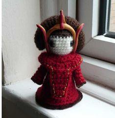 Free Queen Amidala Amigurumi Pattern-for Jesse Star Wars Crochet, Crochet Stars, Crochet Flowers, Crochet Amigurumi Free Patterns, Crochet Dolls, Free Crochet, Rainha Amidala, Amigurumi For Beginners, Pom Poms