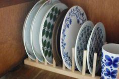 市販のお皿立てを使って、取り出しやすさアップ。小さいお皿から大きいお皿の順に並べると見た目もキレイ!