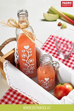 So zauberst du aus einfachen Flaschen prachtvolle Kunstwerke. Befüllt mit selbstgemachten Saft sind sie das ideale Mitbringsel. Jetzt auf www.ideenwerk.at #flaschendesign #glasflaschen #rustikal #pagroDIY #pagro Wine, Drinks, Bottle, How To Relieve Stress, Glass Bottles, Juice, Creative Ideas, Artworks, Rustic